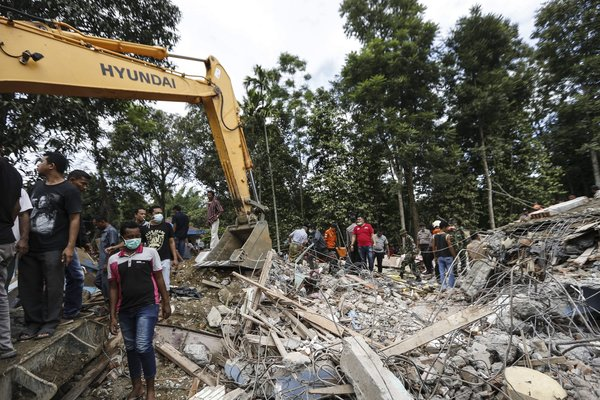 Nearly 100 killed as quake strikes Indonesias Aceh