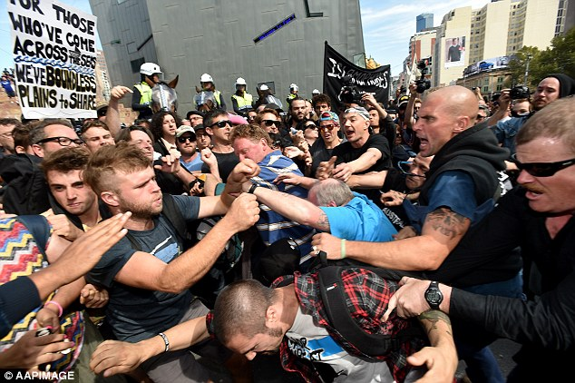 Western Australia : Australian police break up fights at anti-Islam protest