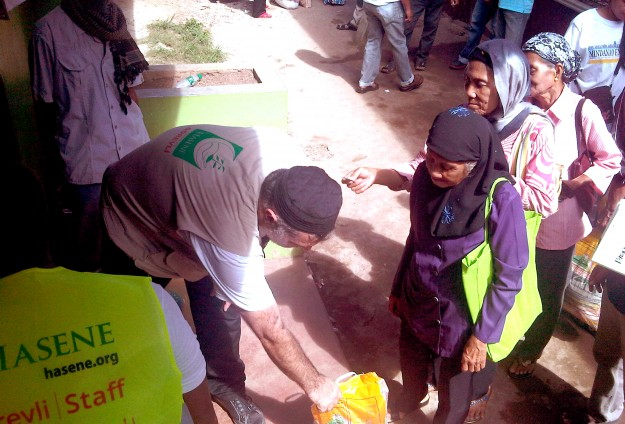 Turkish-European group distributes Ramadan food to Philippine Muslims