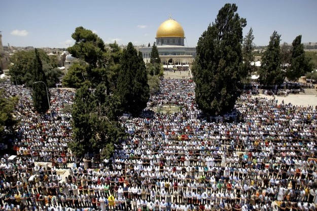 250,000 Muslims pray last Ramadan Friday prayer at Al-Aqsa Mosque