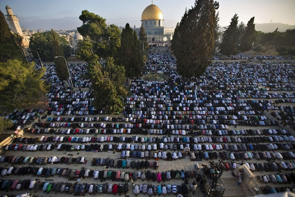 90,000 Palestinian Muslims mark Eid al-Fitr at Al-Aqsa Mosque